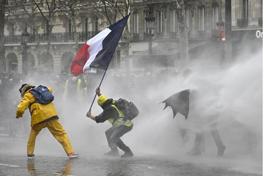 Fransa'da sarı yelekliler yıl boyunca sokaktaydı. Fotoğraf / AA
