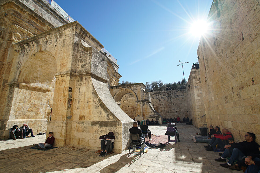 Rahmet Kapısı Mescidi'nin avlusunda namaz kılan Müslümanlar.