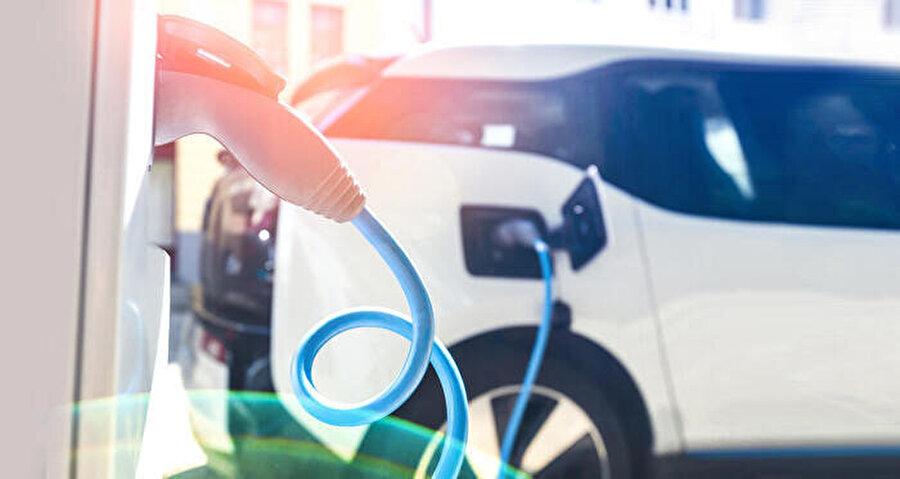 Yetkililer, elektrikli otomobiller için şarj istasyonlarının artırılması gerektiğini savunuyor.