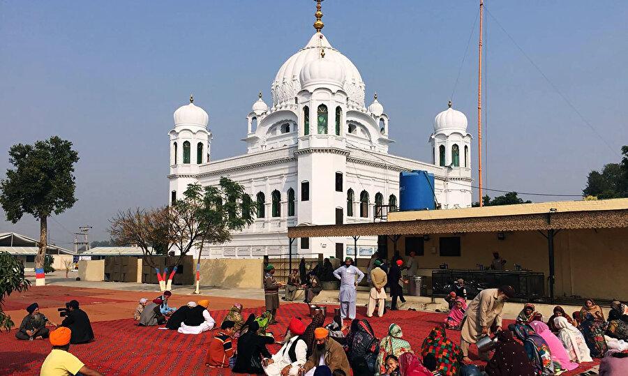 Gurdvara Darbar Sahib tapınağını önünde bekleyen Sih hacılar.