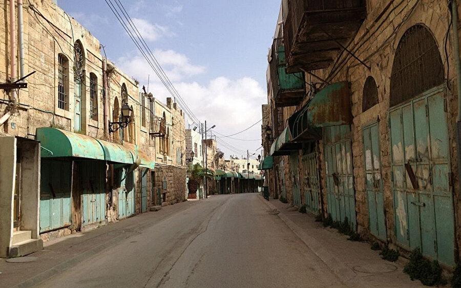 Bir zamanlar işlek bir cadde olan Şüheda caddesi, Filistinlilerin girişine kapalı, kaderine terk edilmiş durumda.