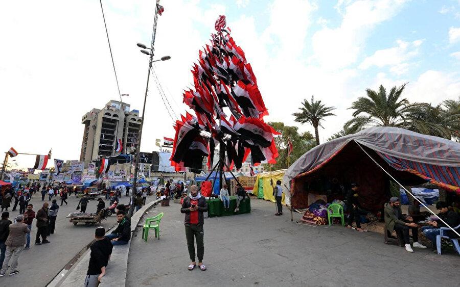 Tahrir Meydanı'nda ölenlerin anısına ulusal bayraklarla oluşturulan anıt ağaç.