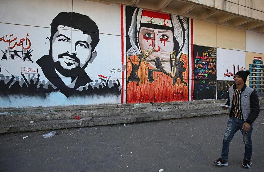 Tahrir Meydanı'nda Irak'ın içinde bulunduğu sancılı süreci anlatan grafitiler.
