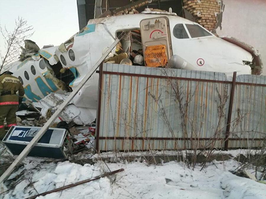 93 yolcusu bulunan uçağın havaalanı yakınındaki 2 katlı bir binaya çarpması sonucu 15 kişi yaşamını yitirdi.