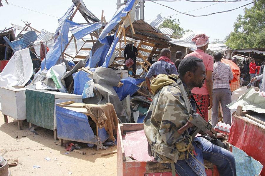 Patlamanın şiddetiyle çevredeki iş yerlerinde büyük hasar oluştu.