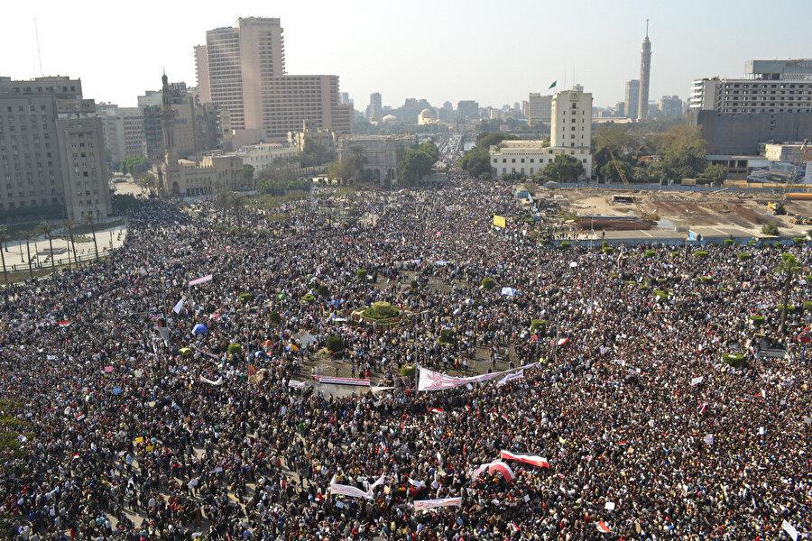 2011 yılında Mısır'da Mübarek yönetimine karşı Tahrir Meydanında toplanan göstericiler.