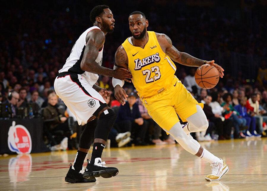 Los Angeles Lakers 33 karşılaşmada 26 galibiyet elde etti.