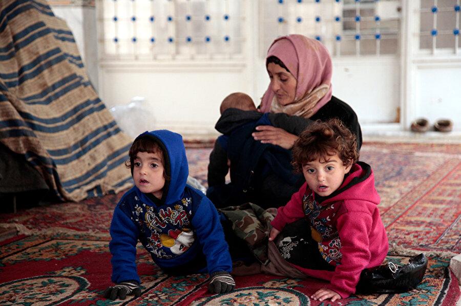 Isıtmanın olmadığı camide havaların günden günden soğumasıyla çocuklar sık sık hastalığa yakalanıyor.