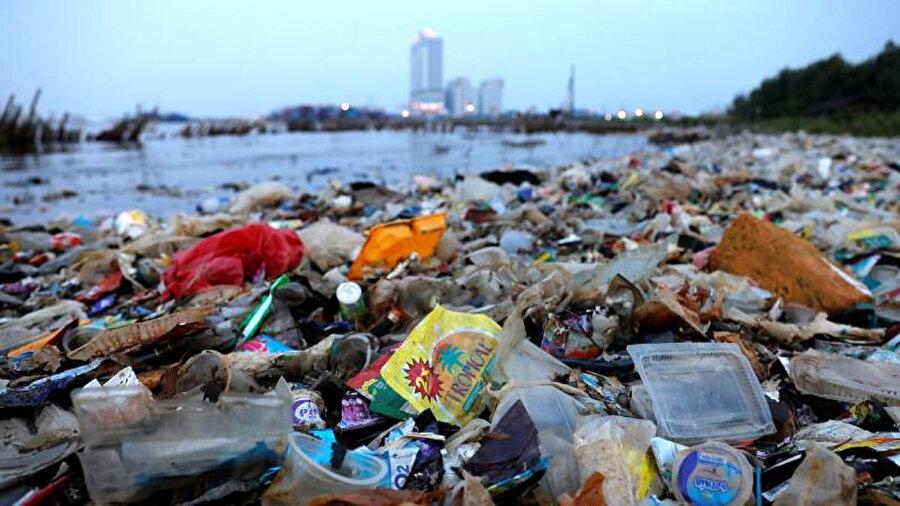 Umuma açık yerlerde çevreyi kirletenlere verilen ceza 351 liraya yükseldi.