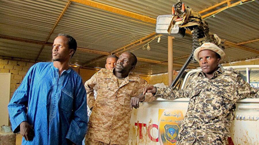 Libya'nın güneyindeki Murzuk'taki merkezlerinde, Tebu kabilesine mensup savaşçılar.