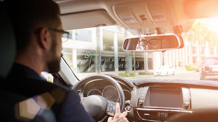 Araba kullanırken mesajlar da bu gözlük sayesinde dikkat dağıtmadan görülebiliyor.