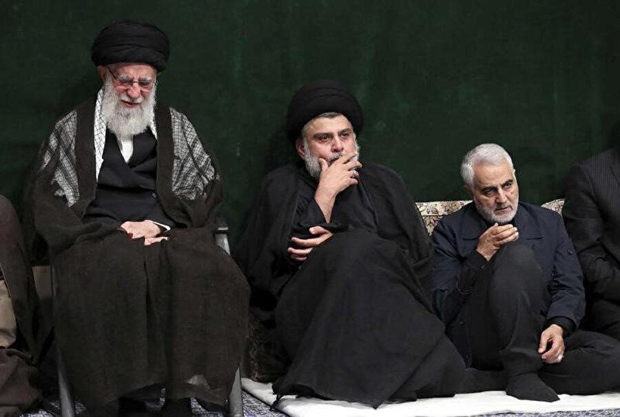 Şii lider Mukteda el Sadr (ortada) solunda İran lideri Ayetullah Ali Hamaney, sağında Kasım Süleymani.