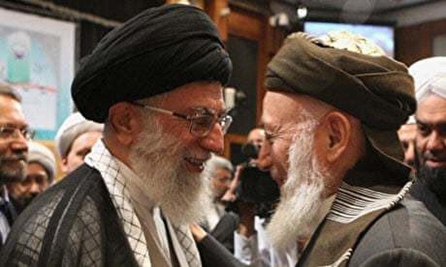 İran lideri Ayetullah Ali Hamaney, Burhaneddin Rabbani (sağda) ile selamlaşırken..
