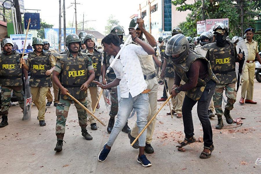 Hindistan polisinin göstericilere müdahalede kullandığı lathi copu.