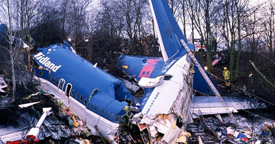 8 Ocak 1989'da British Midland Havayolları'nın düşen uçağının enkazı