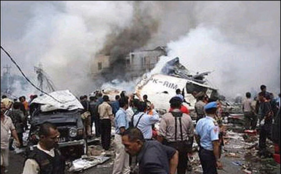 Endonezya'da düşen Boeing 737'nin enkazı