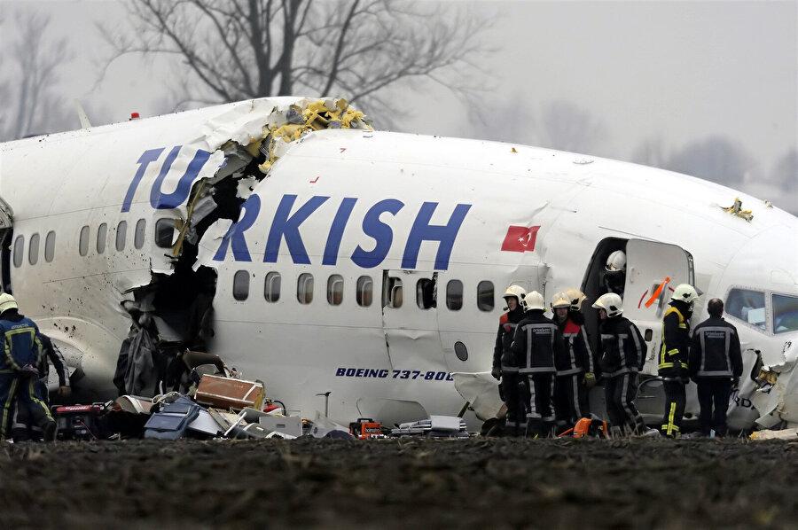 25 Şubat 2009'da havaalanına iniş sırasında düşen uçak 3 parçaya ayrıldı