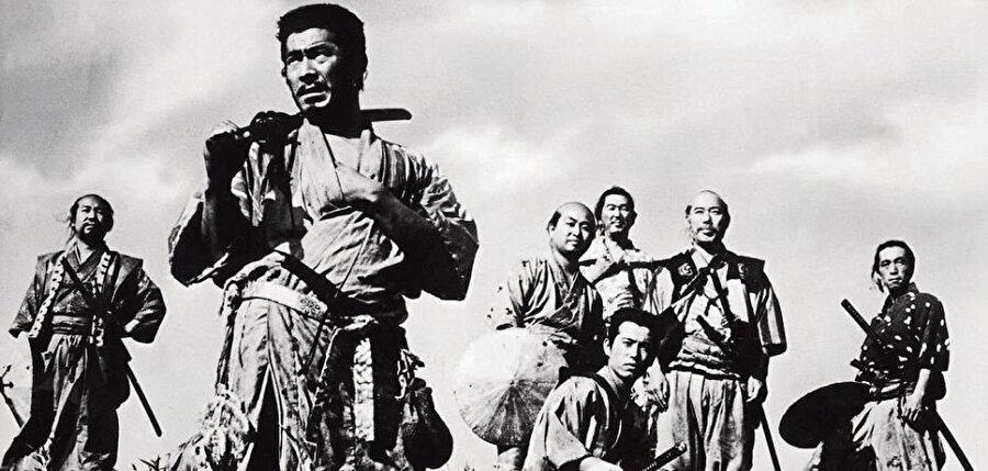 Yedi Samuray filmi tartışmasız olarak bugüne kadar yapılmış en büyük filmdir ve isimleri değiştirilse kolayca ahlaka dair bir Müslüman hikâyesi olarak görülebilir. Aynısı Kızıl Sakal için de söylenebilir.