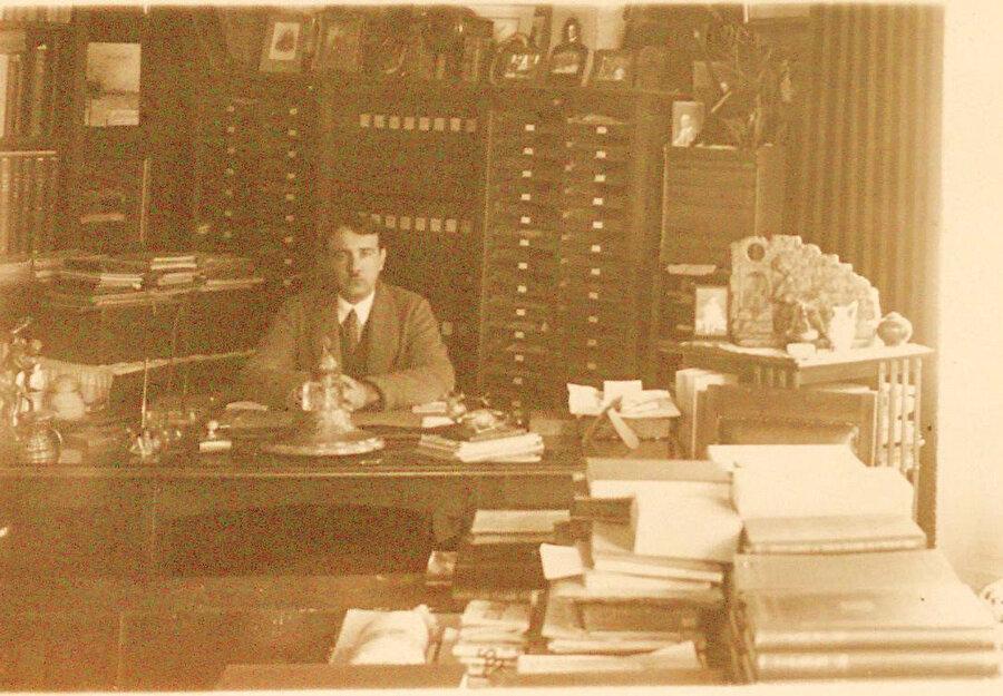 Fuad Köprülü çalışma odasında