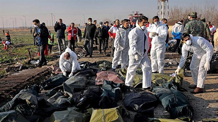 Uçağın enkazında araştırma yapan Adli Tıp ekibi.