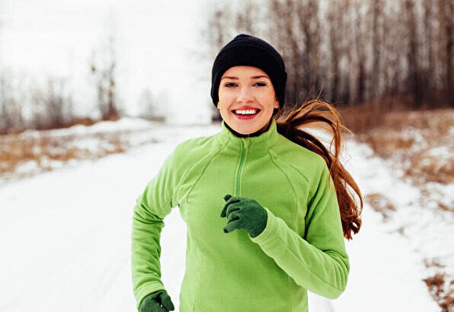 Spor yaparak ve sağlıklı beslenerek yüksek kolesterol kontrol altında tutulabilir.