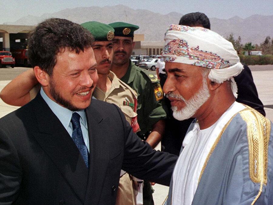 Umman Sultanı Kâbûs bin Saîd'i havalananında karşılayan Ürdün Kralı Abdullah, 1999.