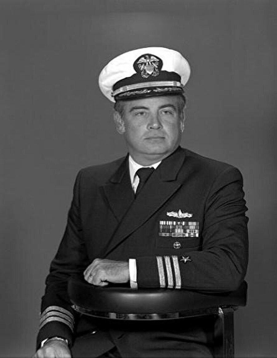 Saldırı emrini veren USS Vincennes gemisinin kaptanı Amiral William C. Rogers