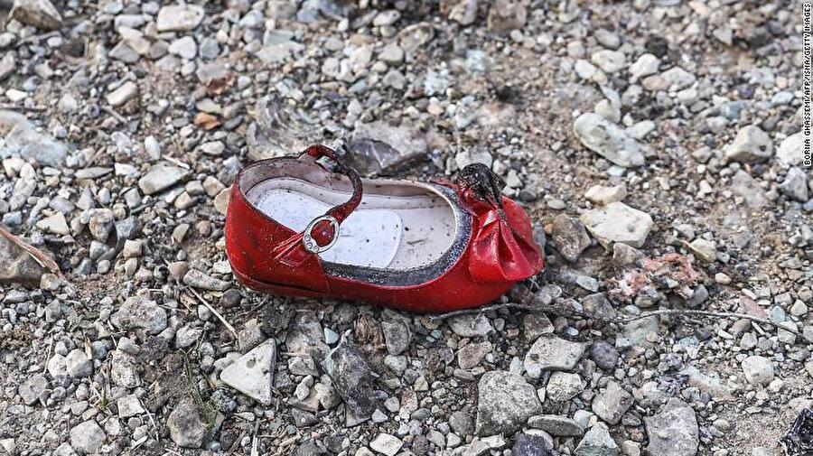 Kaza alanında çekilen fotoğraflardan bir çocuk ayakkabısı.