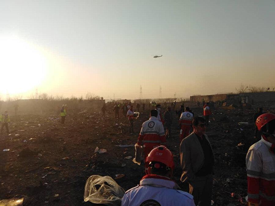 Kaza bölgesine ulaşan İranlı arama kurtarma ekipleri.