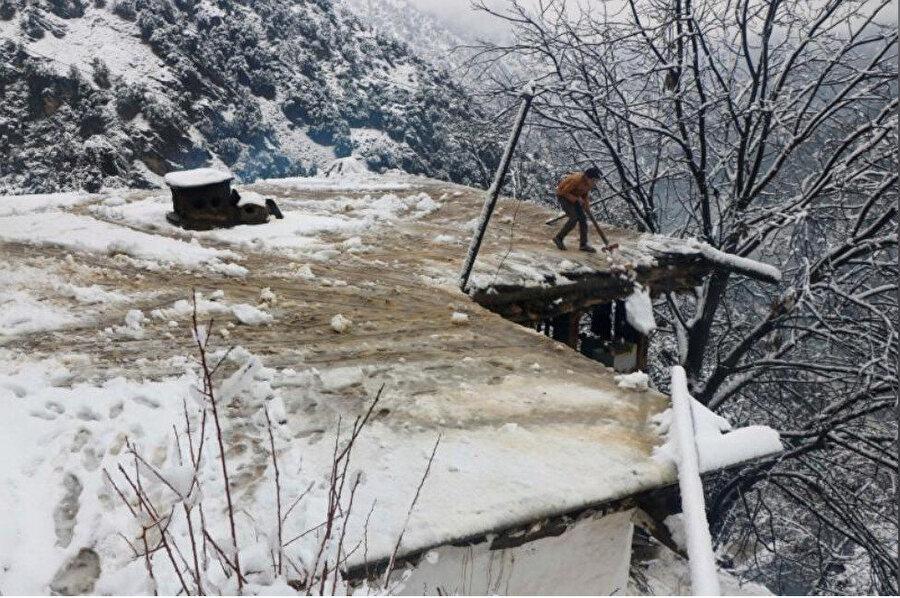 Çatıların çökmesine yol açan yoğun kar onlarca kişinin ölümüne yol açtı.