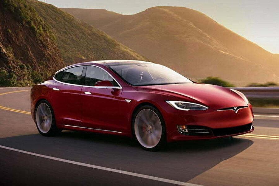 Tesla Model X'ler aslında yazılımsal olarak sunduğu mevcut özellikleriyle de şaşırtıyor. Evcil hayvanlara özel sunulan modlar ya da hırsızları korkutan nöbet modu bunlar arasında ilk sırada.