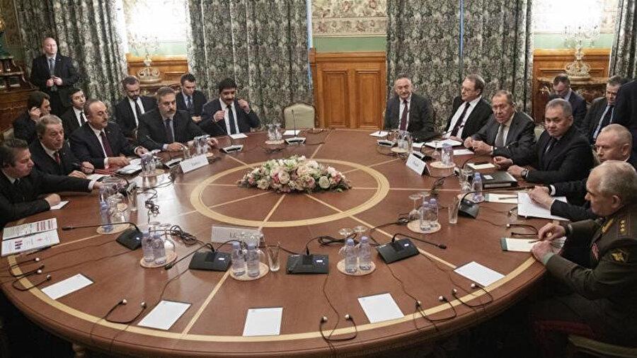 Moskova'da ateşkes görüşmelerini yürüten Türk ve Rus heyetleri.