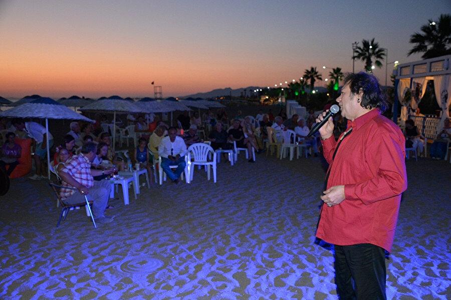 Recep Aktuğ plajda şarkı söylerken