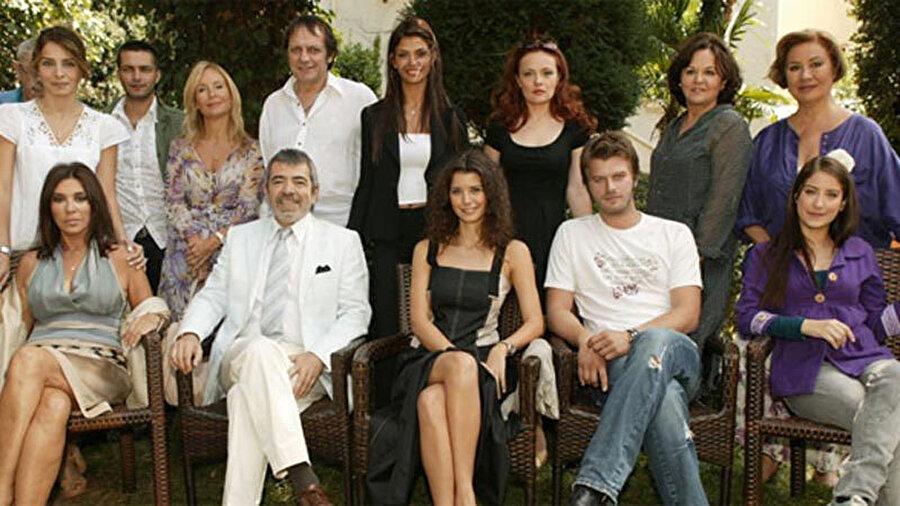 Aşk-ı Memnu dizisi oyuncuları ile beraber Recep Aktuğ