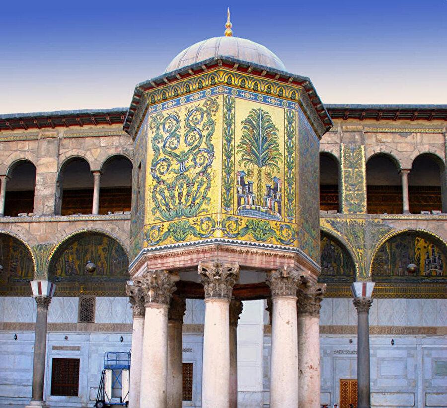 Caminin vakıf gelirlerinin toplandığı Kubbetü'l-Hazne.