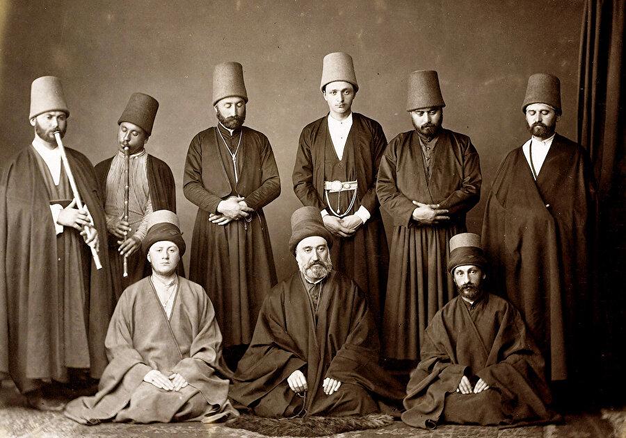 1954'te ise kıyafetlerle yani tennureler ve sikkelerle çıkılmış, Mevlevi ayinlerinden bölümler eşliğinde sema edilmiş.