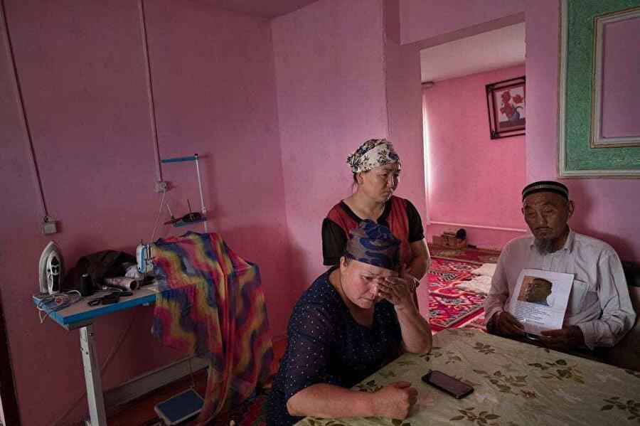 Yakınları Çin'in kamplarında tutulan Kazak Müslümanları.