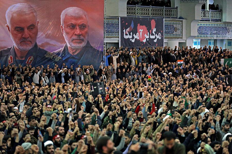 Binlerce İranlı hutbe sırasında Kasım Süleymani'nin portresinin altında slogan attı.
