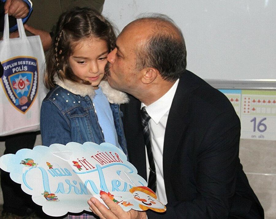 Adana Emniyet Müdürü Zafer Aktaş, şehit kızı birinci sınıf öğrencisi Hafsa Derindere ile üçüncü sınıf öğrencisi Zeynep Ravza Akyüz'ün velisi olarak karnelerini aldı.