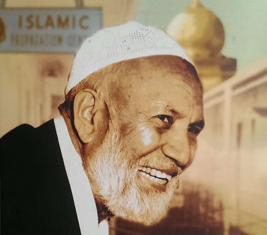 Hindistan doğumlu olan Ahmed Deedat, Hıristiyanlarla yaptığı münazaralarda hazır cevaplığı ve bilgisiyle dikkat çekmişti.