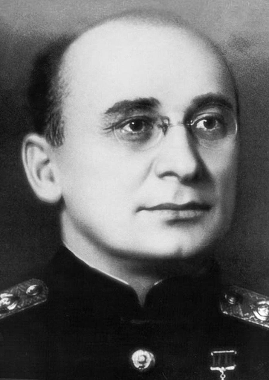 Lavrenti Beria: Stalin döneminde Sovyet güvenlik örgütünü yöneten, temizlik adı altında katliamlar düzenleyen kişi.