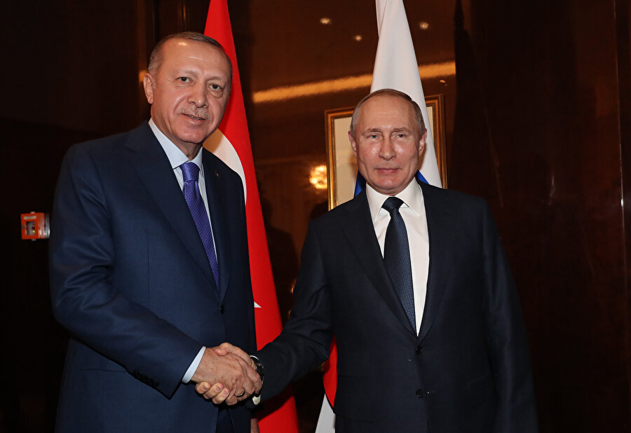 Cumhurbaşkanı Erdoğan ve Putin el sıkışırken