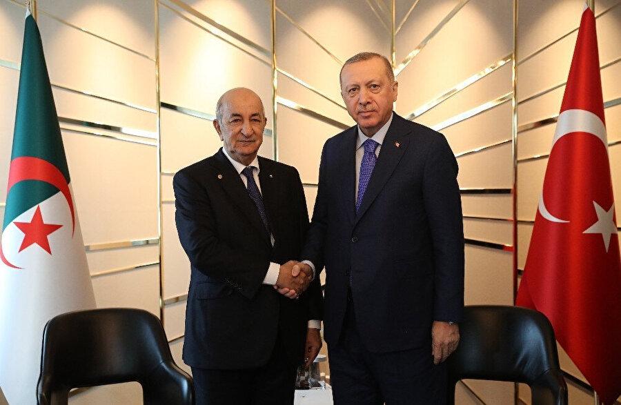 Cumhurbaşkanı Erdoğan, Cezayir Cumhurbaşkanı Abdülmecid Tebbuni ile el sıkışırken