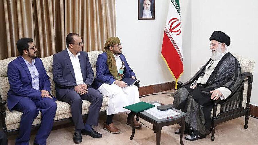 Yemenli Husilerin temsilcileri, Tahran'da İran Dini Lideri Ali Hamaney'le görüşme sırasında...