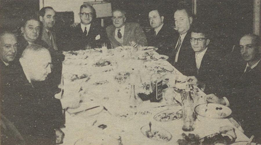 Yahya Kemal ve Ahmet Hamdi Tanpınar'ın da bulunduğu bir meclis. Tanpınar'ın sağında bulunan kişi Asım Sönmez.