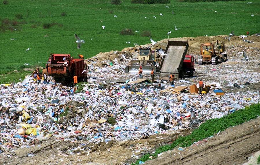 Büyük devletlerin Malezya'ya illegal yollardan getirdiği çöpler, büyük bir sorun oluşturuyor.