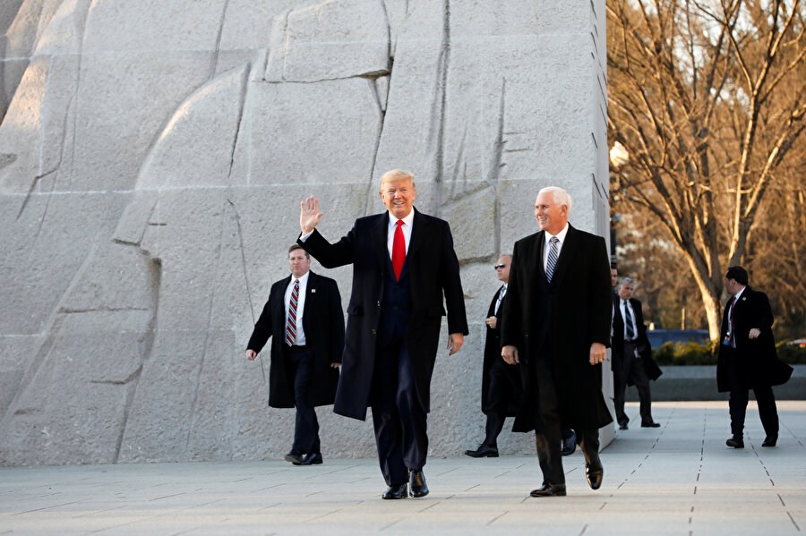 ABD Başkanı Donald Trump yardımcısı Mike Pence ile görünüyor.
