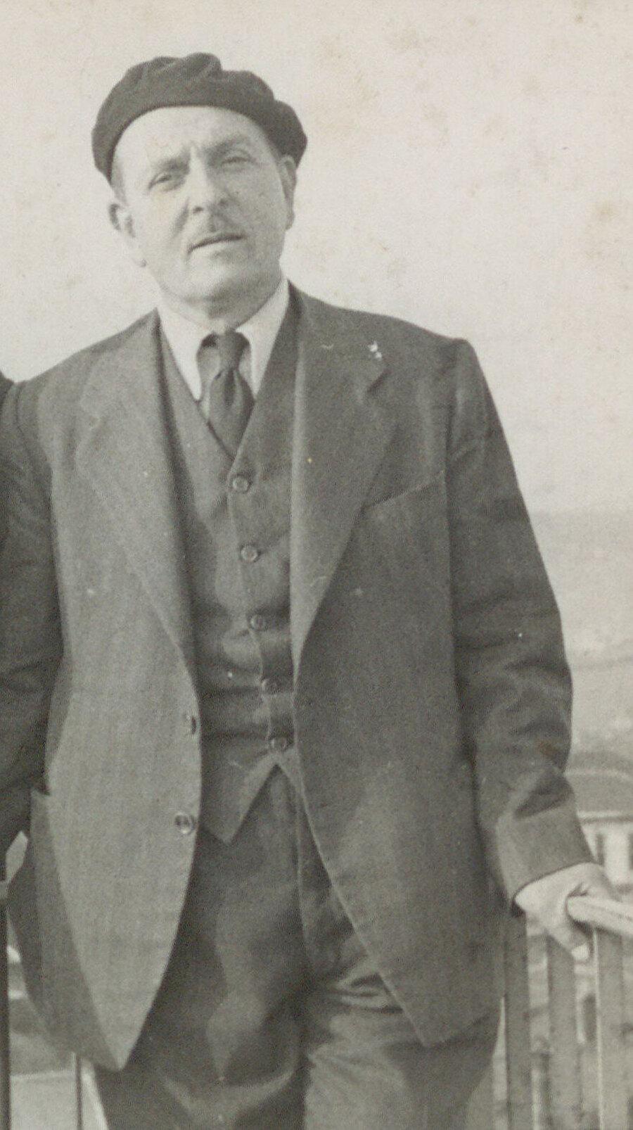 2 Ocak 1935 tarihli Soyadı Kanunu'nun yürürlüğe girmesiyle Müezzinzâde Asım, Asım Sönmez oluverir.