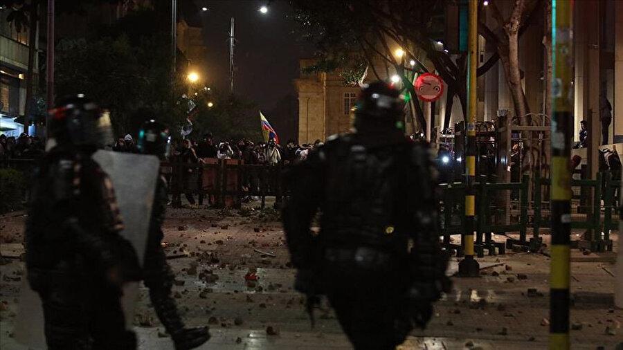 Güvenlik güçleri ve göstericiler çatıştı, 86 kişi gözaltına alındı.