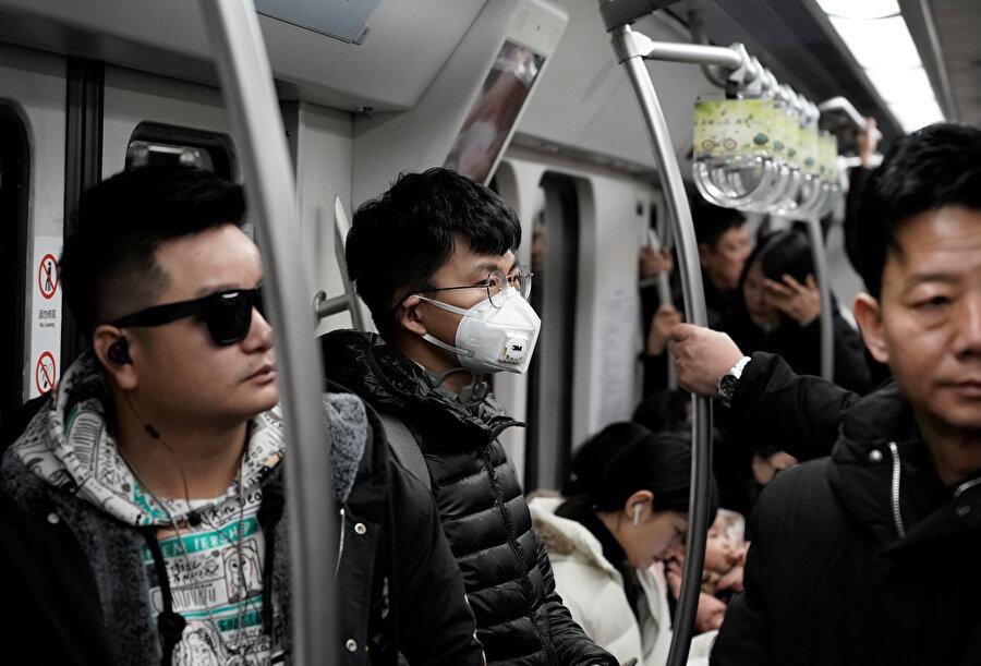 Metroda maske takan bir Çinli böyle görüntülendi.